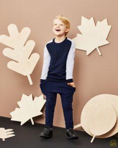 chłopiec w prostej bluzie